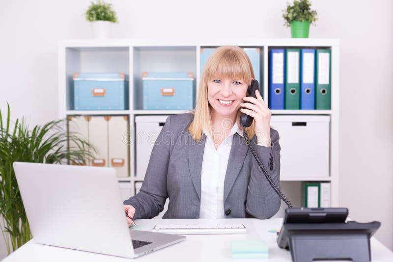 Onderneemster met gelukkige emoties op het werk op het kantoor royalty-vrije stock afbeelding