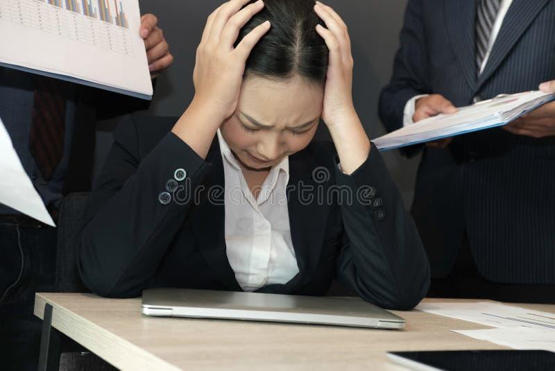 Onderneemster met het harde werk wordt overweldigd dat overwerkte vrouw die aan spanning lijden uitgeputte secretaressedoorsmelti royalty-vrije stock afbeelding