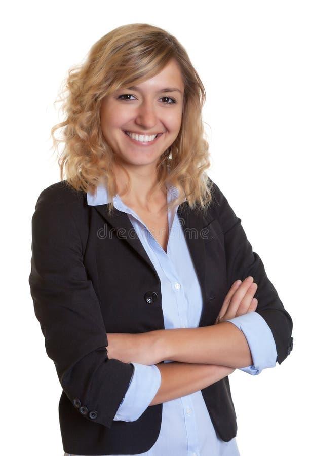 Onderneemster met krullend blond haar en gekruiste wapens royalty-vrije stock foto