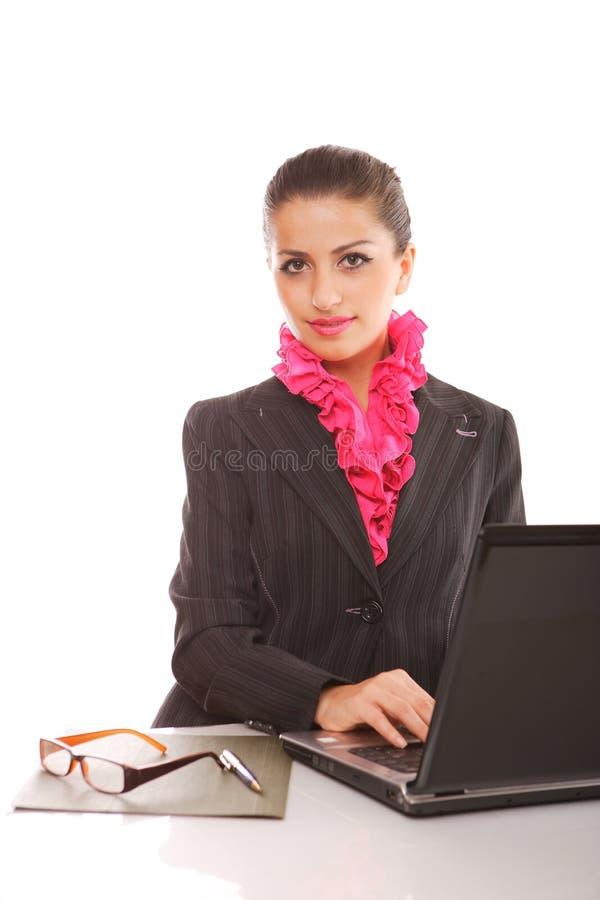 Onderneemster met laptop computer het stellen royalty-vrije stock afbeelding