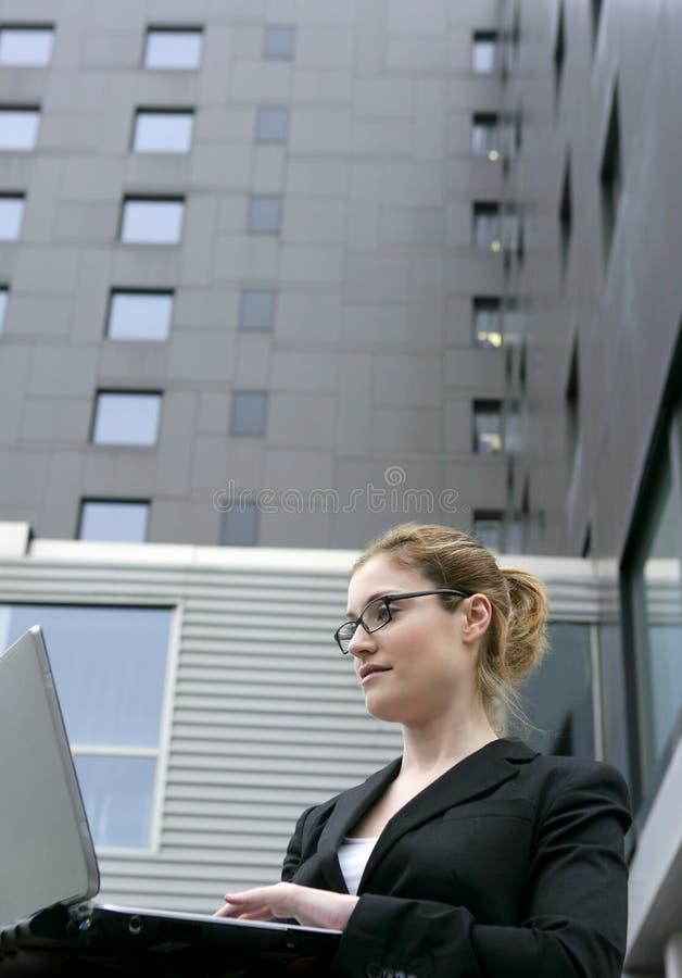 Onderneemster met laptop computer op de stad royalty-vrije stock afbeeldingen