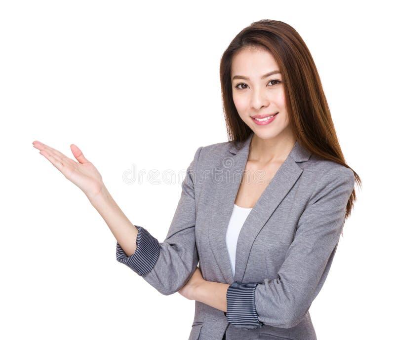 Onderneemster met open handpalm stock foto