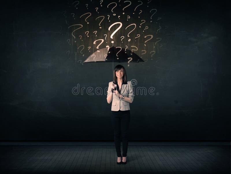 Onderneemster met paraplu en heel wat getrokken vraagtekens royalty-vrije stock afbeeldingen