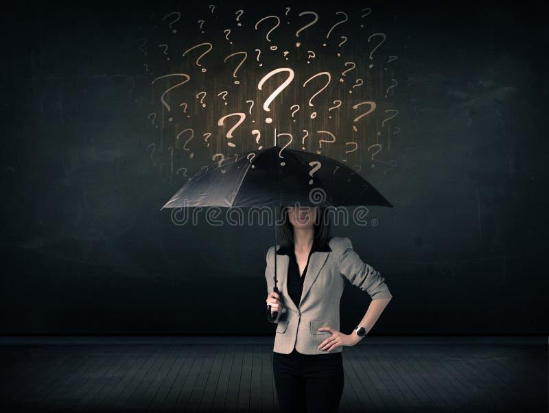 Onderneemster met paraplu en heel wat getrokken vraagtekens royalty-vrije stock afbeelding