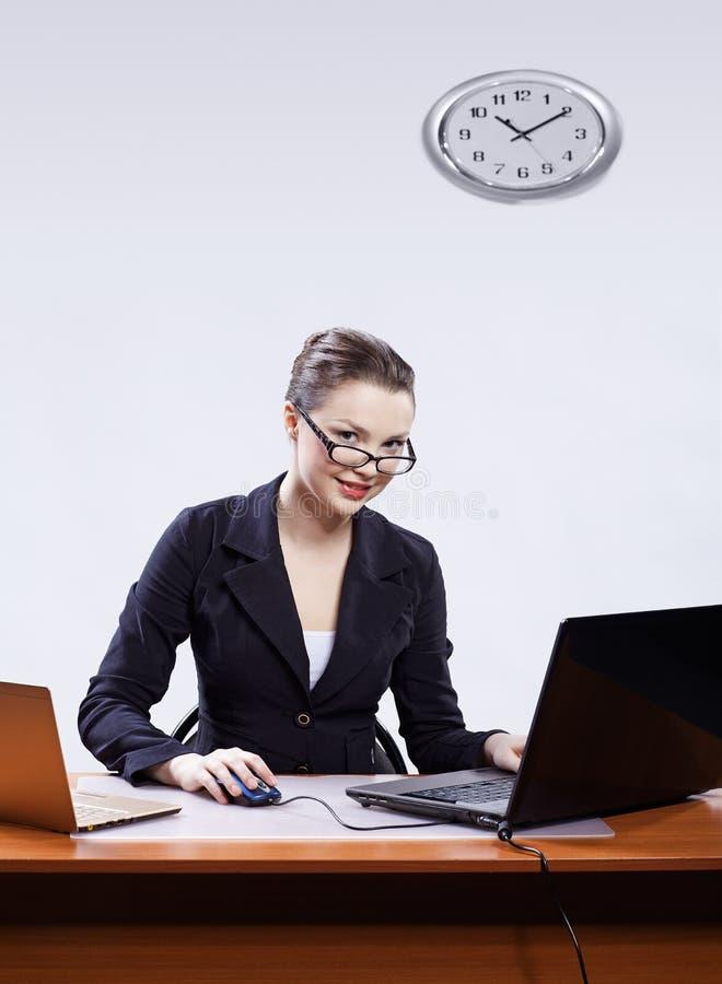 Onderneemster met twee laptops royalty-vrije stock afbeelding