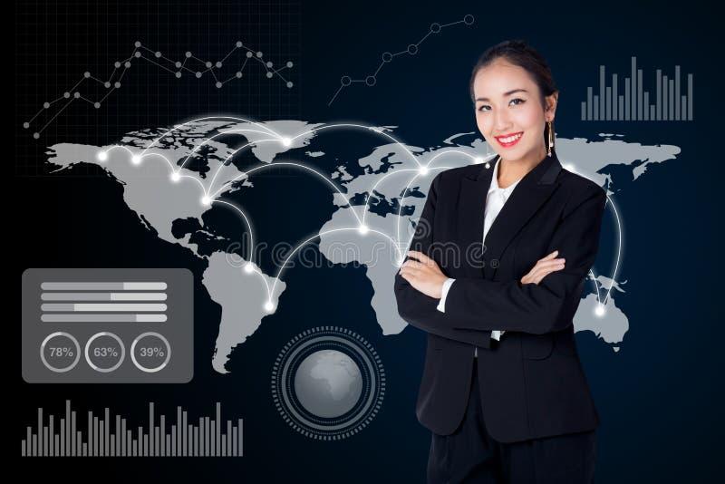 Onderneemster met wereldkaart en grafiek op achtergrond bedrijfsconcept stock afbeelding