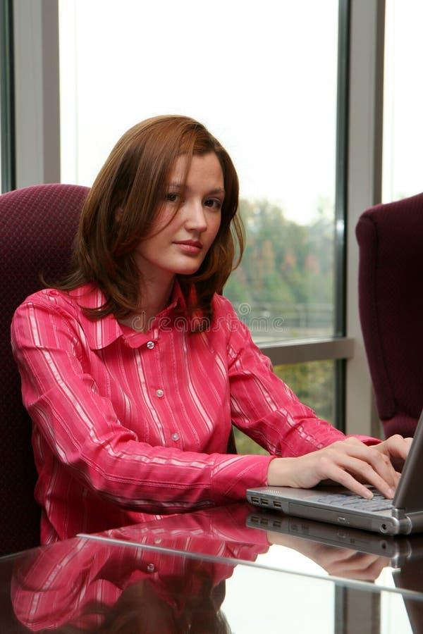 Onderneemster op Computer stock foto's