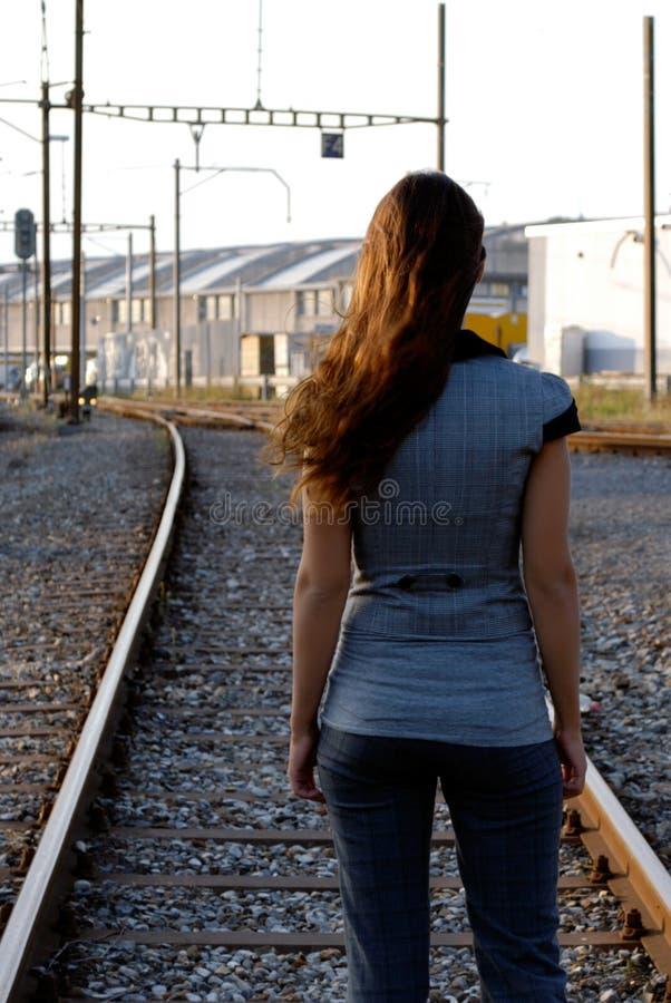 Onderneemster op een spoorweg stock afbeeldingen