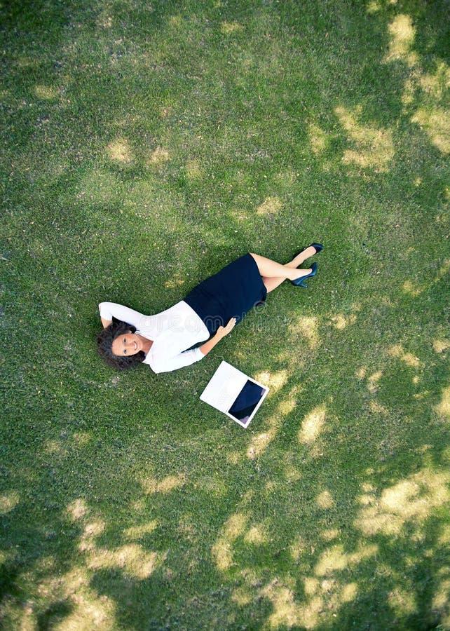 Onderneemster op gras royalty-vrije stock fotografie