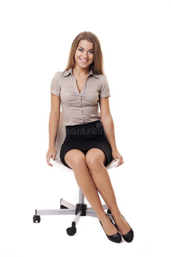 Onderneemster op witte stoel stock fotografie