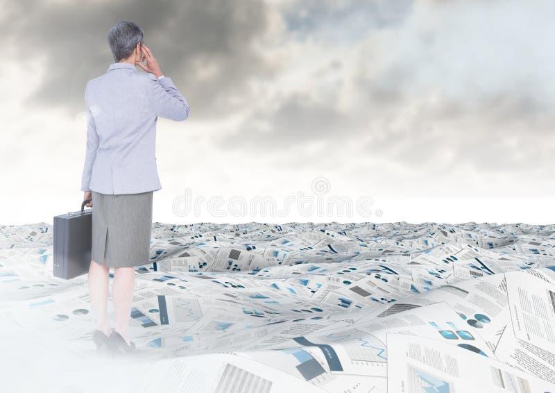 Onderneemster in overzees van documenten onder hemelwolken met aktentas stock afbeelding