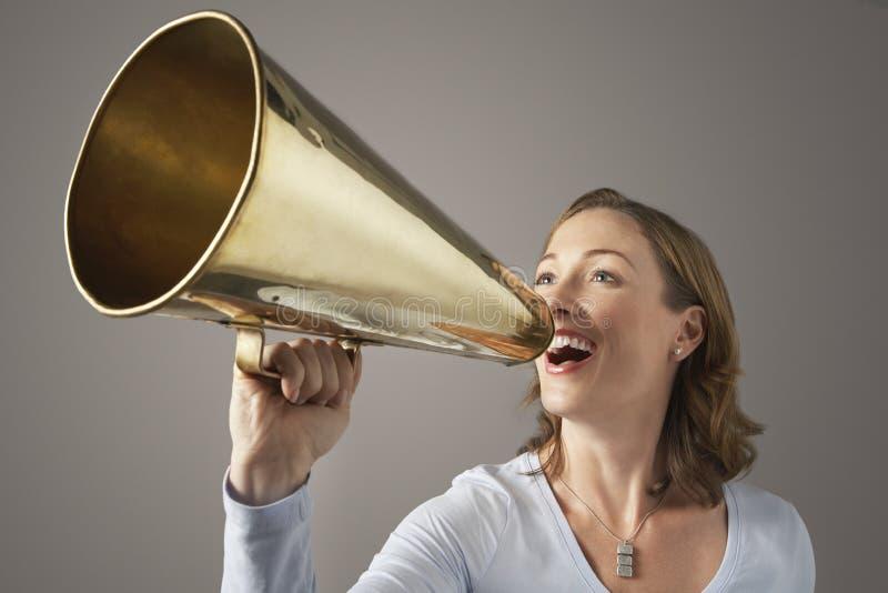 Onderneemster Shouting Through Megaphone stock afbeeldingen