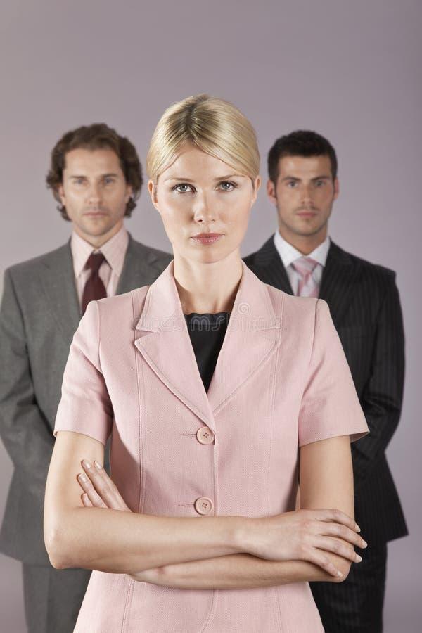 Onderneemster Standing In Front Of Businessmen stock foto