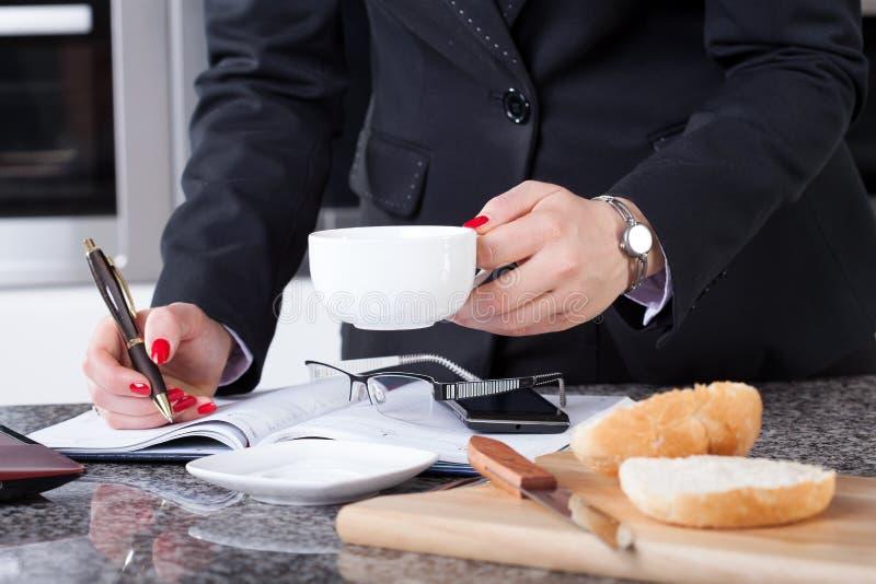 Onderneemster tijdens het ontbijt royalty-vrije stock foto