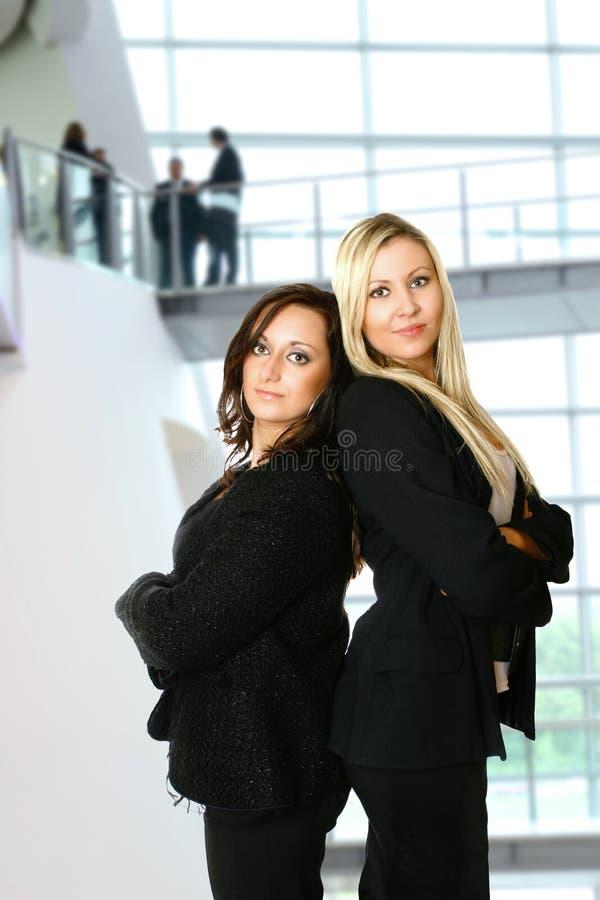 Onderneemster twee in bureau stock foto's