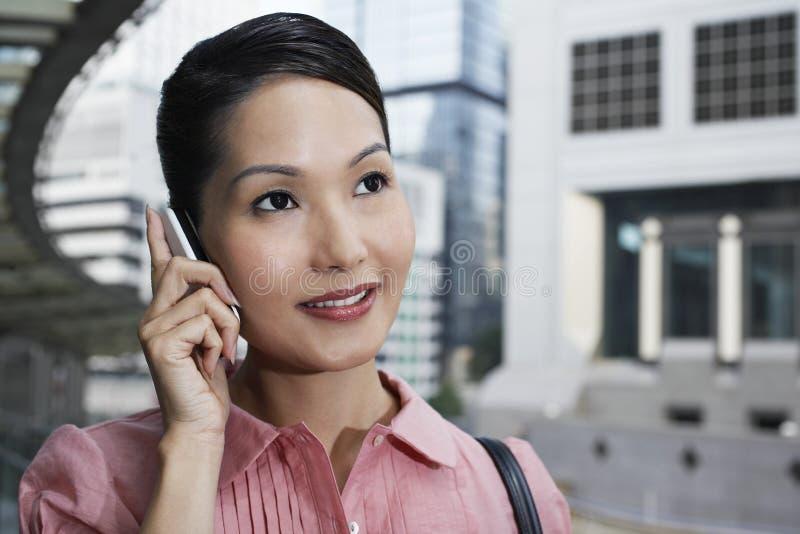 Onderneemster Using Cell Phone op Voetgangersbrug stock fotografie