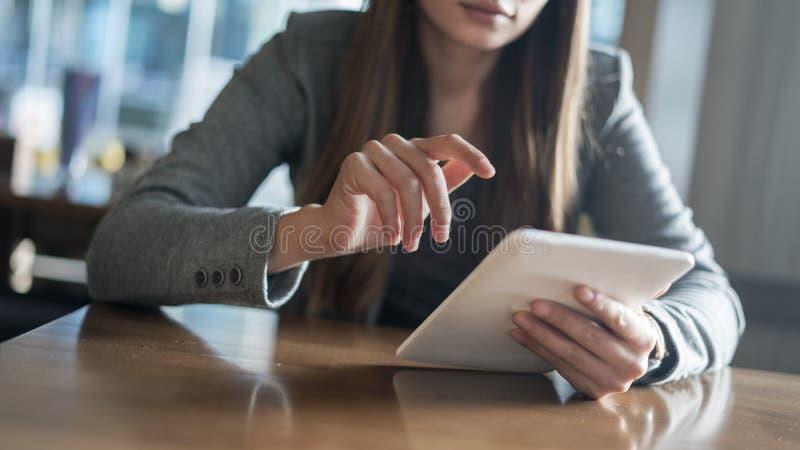 Onderneemster Using Digital Tablet in Bureau stock foto's