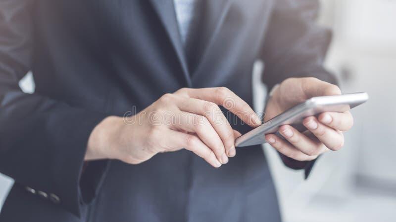 Onderneemster Using Mobile Phone in Bureau stock foto's