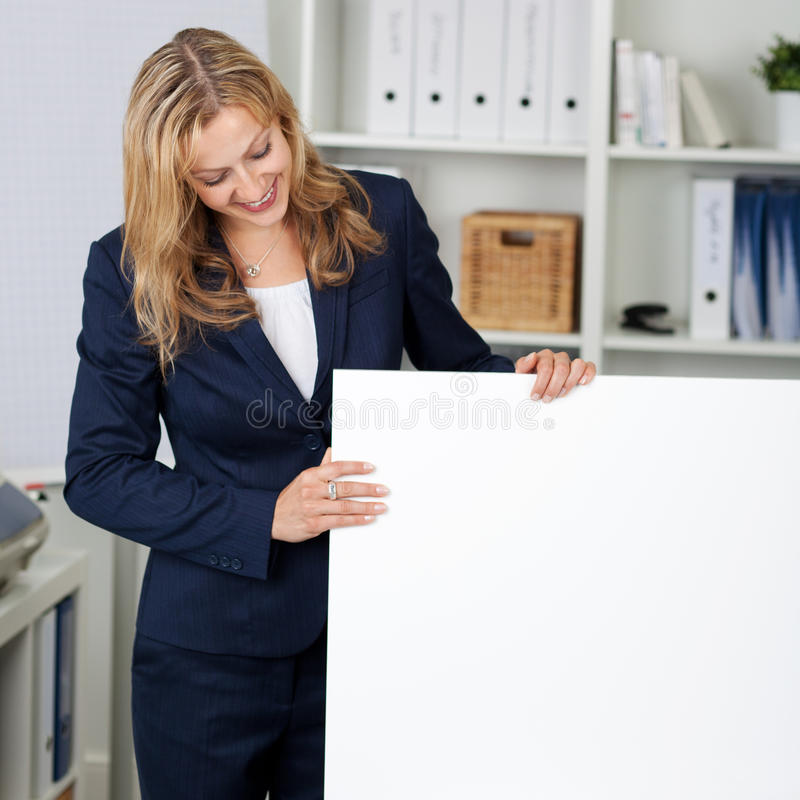 Onderneemster With White Billboard in Bureau stock foto