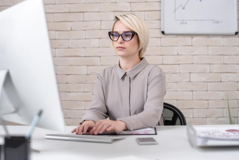 Onderneemster Working met PC in Modern Bureau royalty-vrije stock foto's