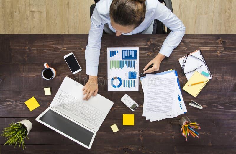 Onderneemster Working At Notebook royalty-vrije stock afbeelding