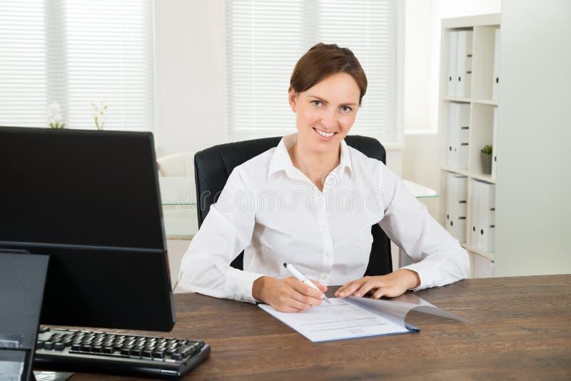 Onderneemster Writing On Document royalty-vrije stock afbeeldingen