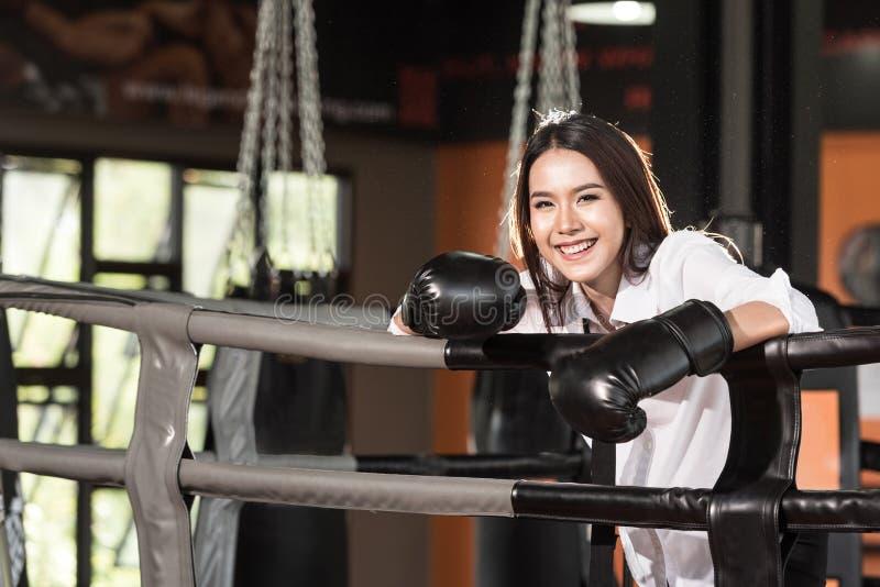 Onderneemsterbokser in kostuum en bokshandschoenen bij boksring gelukkig glimlachen royalty-vrije stock foto's