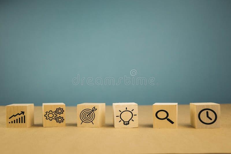 Onderneemsterhand die houtsnede met pictogram bedrijfsstrategie en actieplan, exemplaarruimte schikken stock fotografie