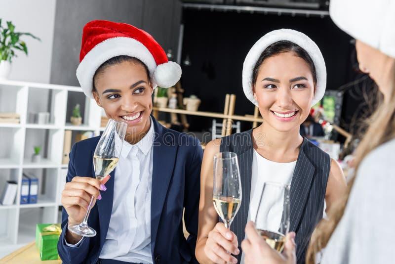 Onderneemsters die champagne in bureau drinken royalty-vrije stock fotografie