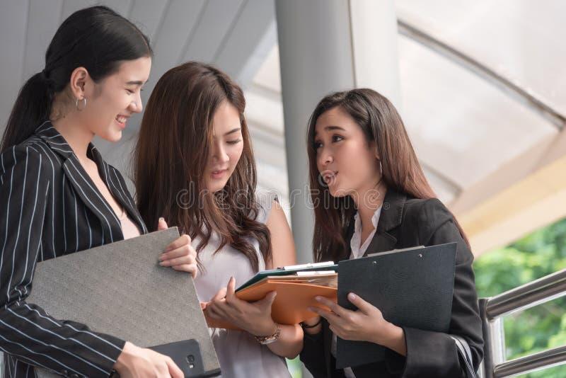 Onderneemsters die de maandelijkse conferentie van de rapportvergadering bespreken Groep bedrijfsmensen die plannings werkervarin stock afbeelding