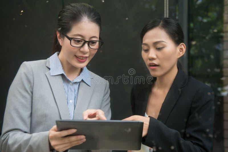 Onderneemsters die digitale tablet gebruiken royalty-vrije stock fotografie