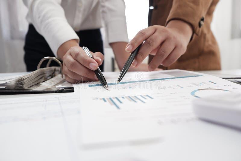 Onderneemsters die in van de de bedrijfs brainstormingsboekhouding van het bureaugroepswerk concept samenwerken stock afbeelding