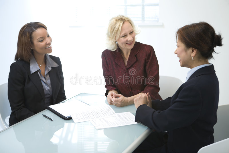 Onderneemsters in een vergadering royalty-vrije stock afbeelding