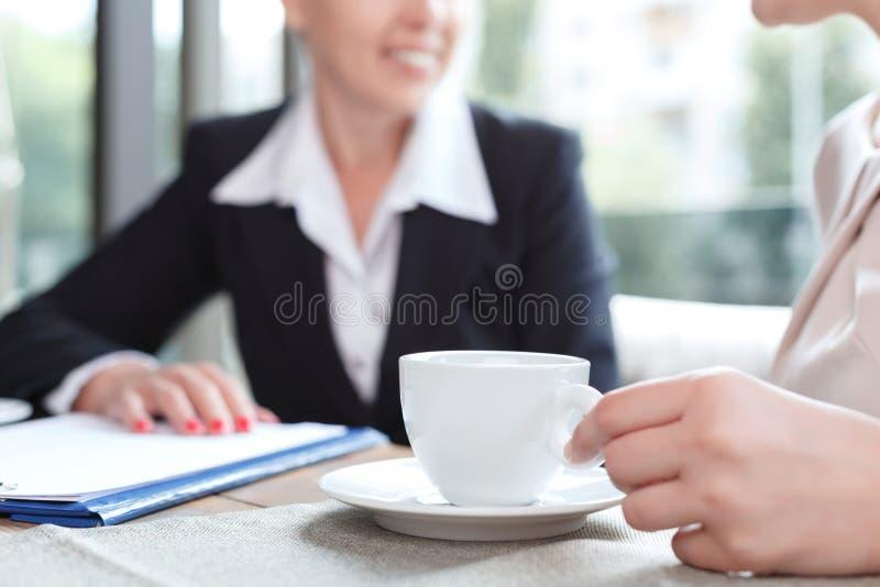 Onderneemsters tijdens een bedrijfslunch stock fotografie