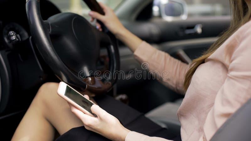 Onderneemsterzitting in auto en lezingsnieuws op smartphone, mobiele toepassing royalty-vrije stock afbeeldingen