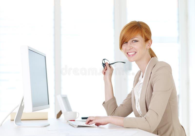 Onderneemsterzitting bij de computer royalty-vrije stock afbeeldingen