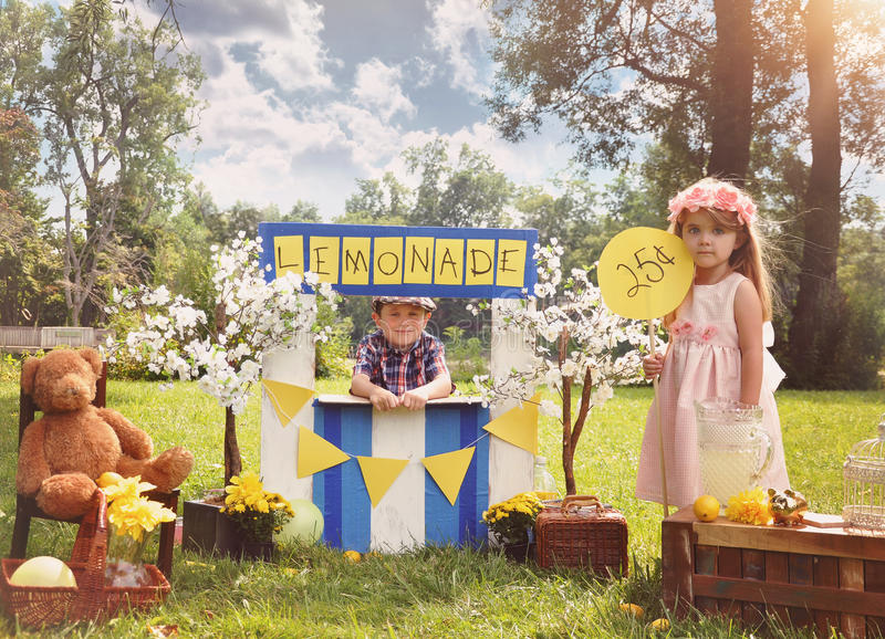 Ondernemer Kids Selling Drinks bij Limonadetribune stock foto's