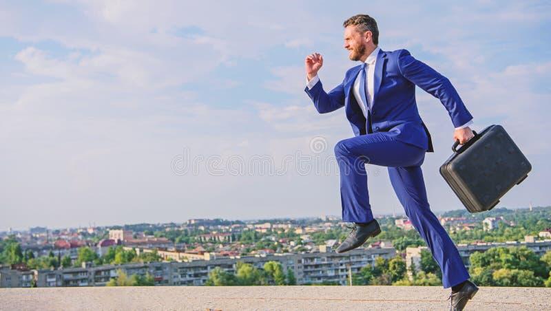 Ondernemer in motie vastberaden uitdrukking Draagt het zakenman formele kostuum de achtergrond van de aktentashemel Zakenman stock foto's