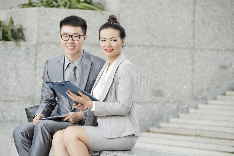 Ondernemers die contract bespreken stock foto
