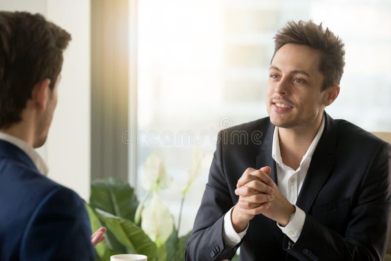 Ondernemers die over zaken op vergadering spreken stock foto's