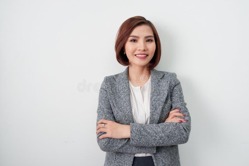 Ondernemers jonge Aziatische vrouw, bedrijfsdievrouwenwapens op w worden gekruist royalty-vrije stock afbeeldingen