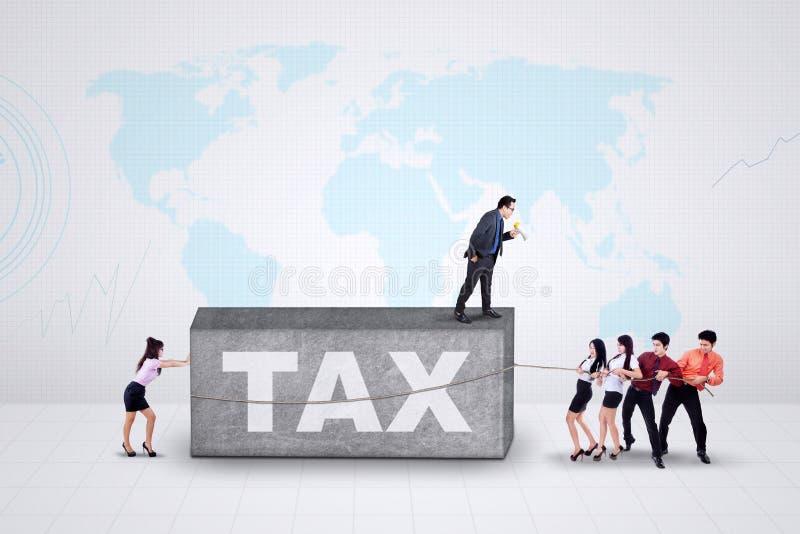 Ondernemers met een belastingdruk stock foto