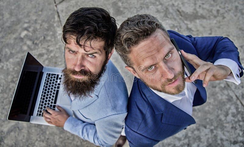 Ondernemerschap als groepswerk Zakenlieden met laptop en telefoongesprek die problemen oplossen die overeenkomst maken royalty-vrije stock afbeeldingen