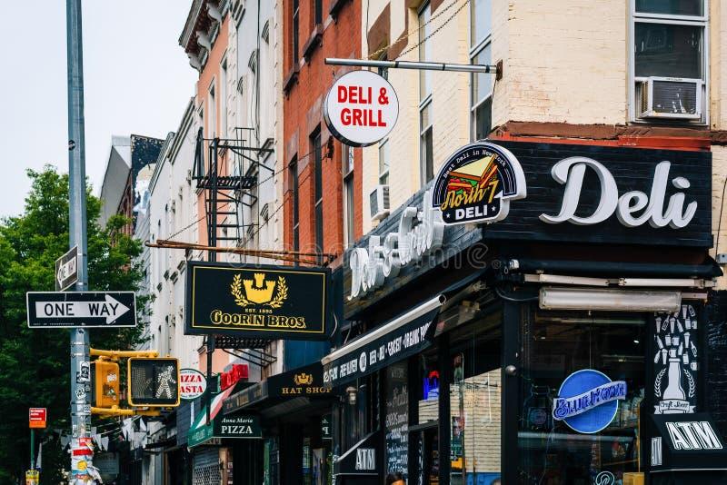 Ondernemingen langs Bedford Avenue, in Williamsburg, de Stad van Brooklyn, New York royalty-vrije stock foto