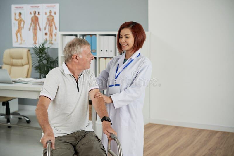 Ondersteunende patiënt stock foto's