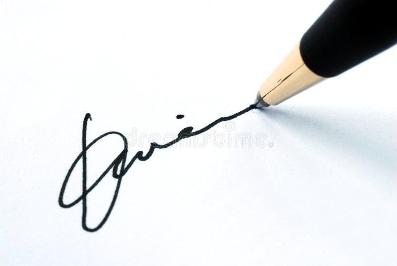 Onderteken de naam op een document royalty-vrije stock afbeeldingen