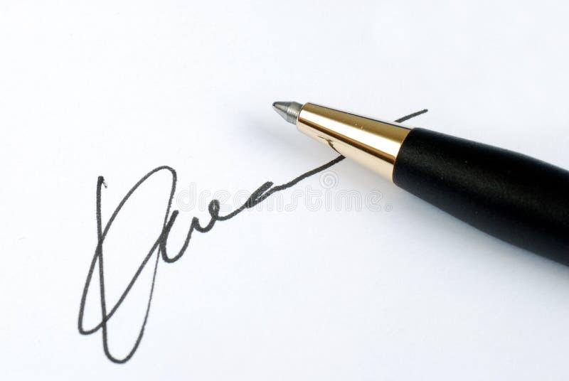 Onderteken de naam op een document stock foto