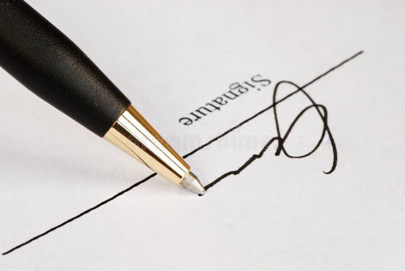 Onderteken de naam op een document stock afbeeldingen