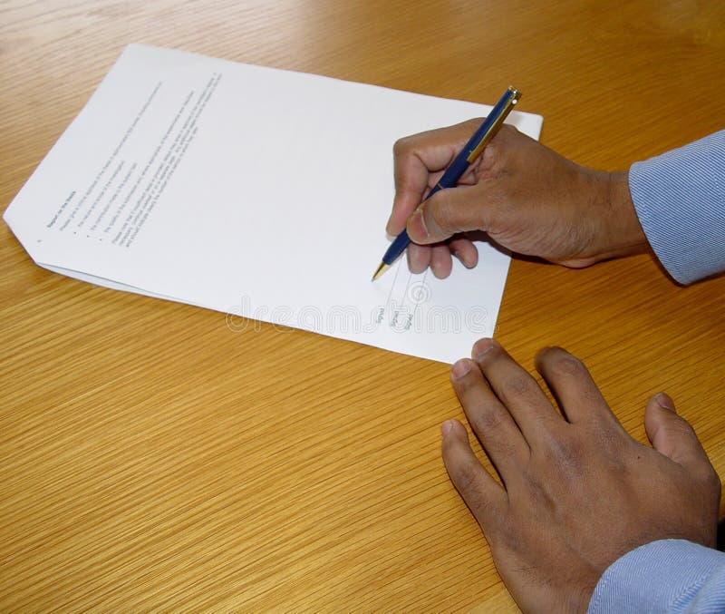 Onderteken het contract stock afbeeldingen