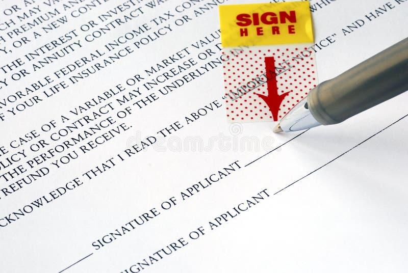 Onderteken uw naam op het contract royalty-vrije stock foto's